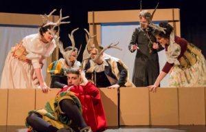"""Falstaff está en el suelo junto con otros personajes de la comedia """" Las alegres comadres de Windsor"""" de William Shakespeare."""