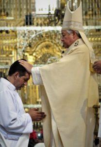 Ordenación Sacerdotal de nuestro hermano Humberto Romero, S. de J., por el Arzobispo de Puebla, Monseñor Víctor Sánchez Espinosa. P