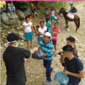 Sacerdote repartiendo comida en poblado pobre en Honduras.