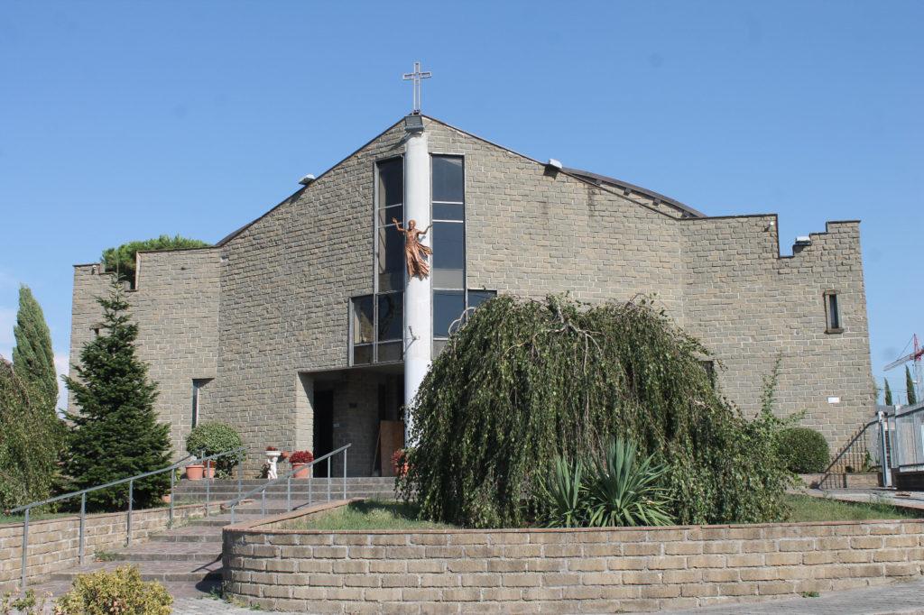 Fachada gris de la nueva parroquia de los Siervos de Jesús en Roma