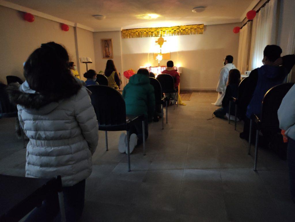Grupo de jóvenes en adoración Eucarística para la preparación de la confirmación