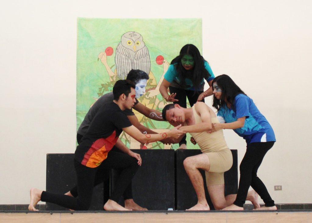 Grupo de estudiante representando una obra de teatro